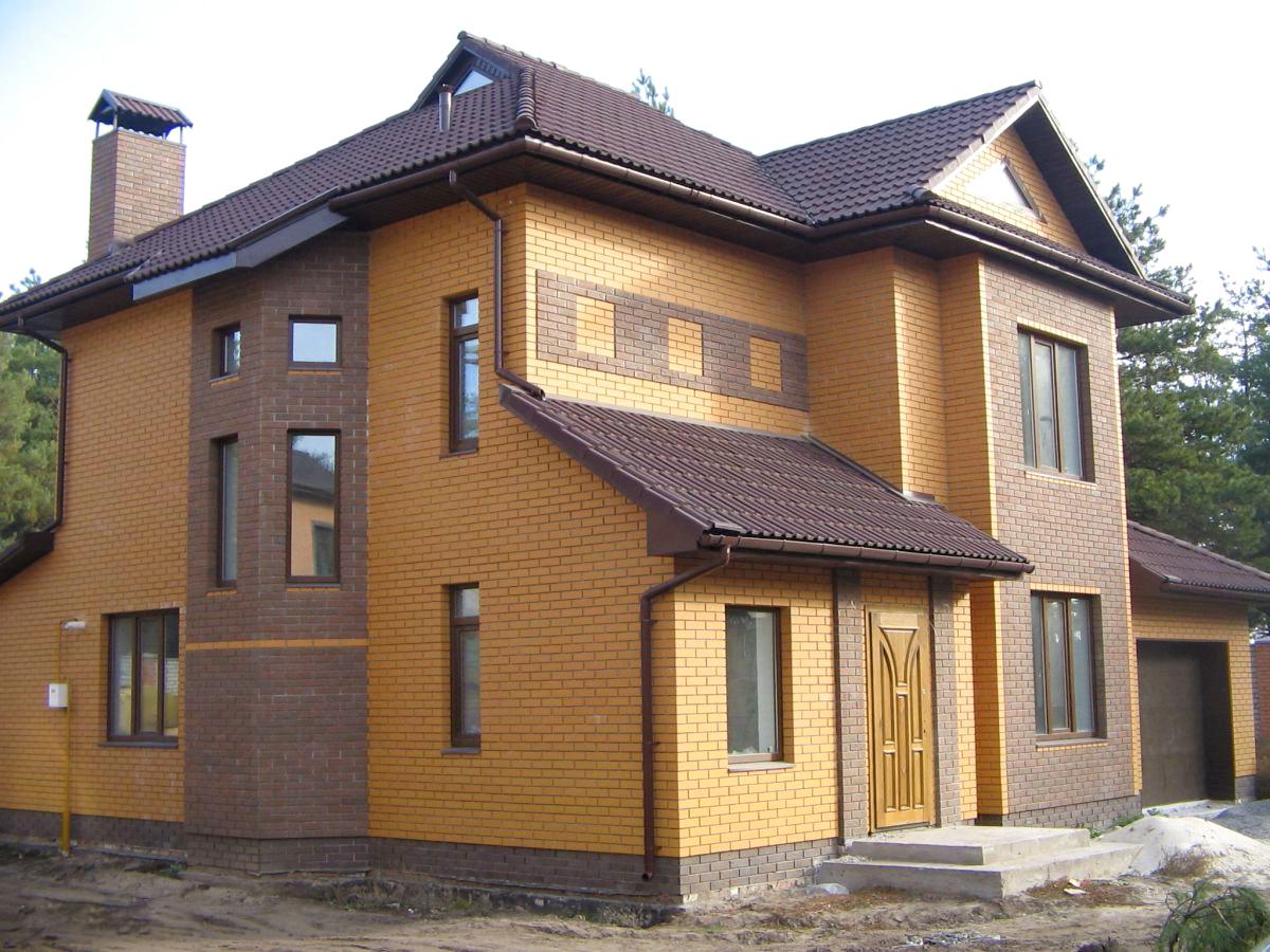 дом из желтого и коричневого кирпича фото улице например